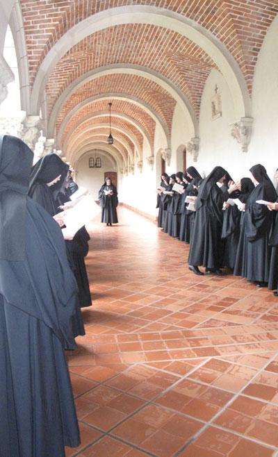 Abrazo comunitario luego de una Profesión monástica