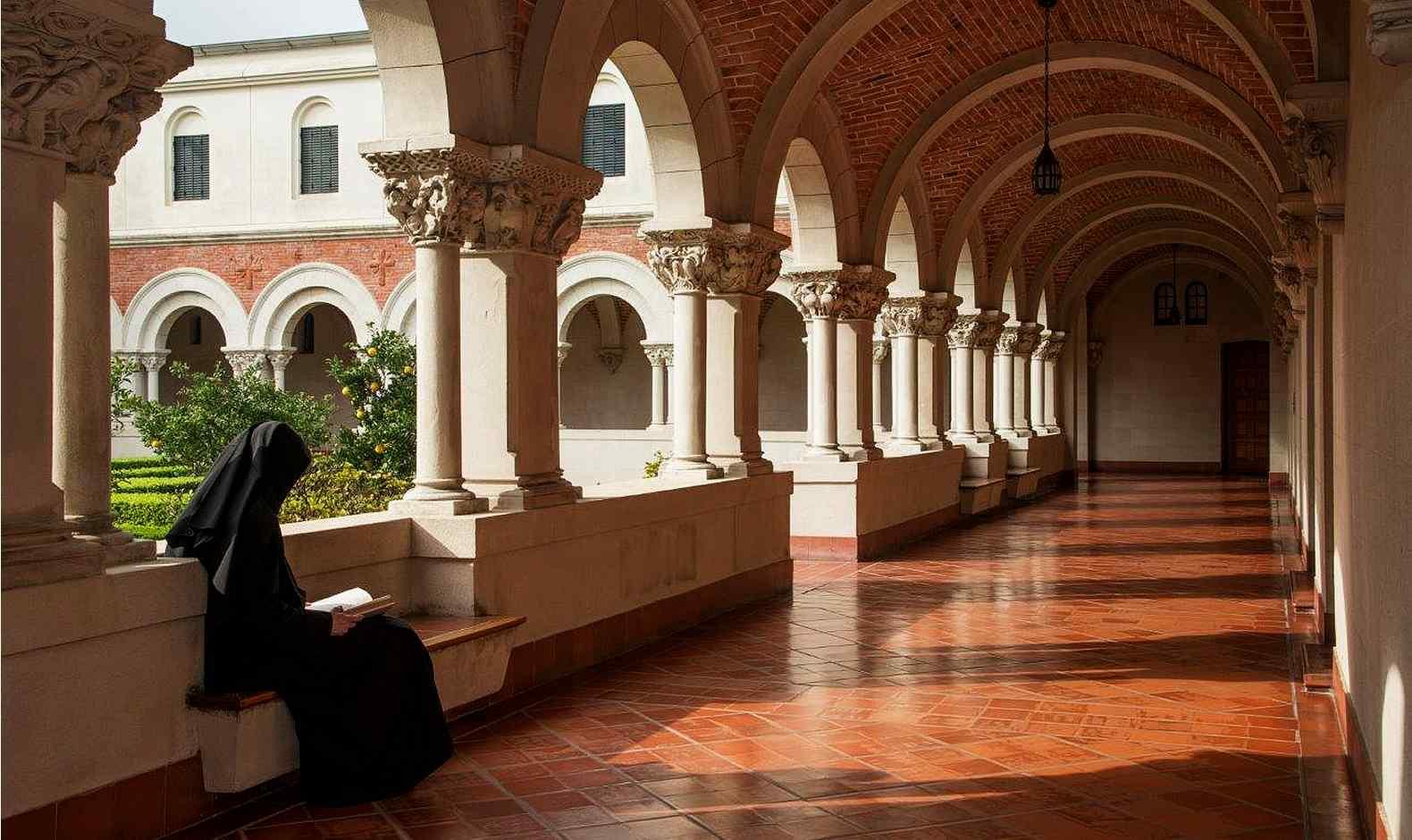 Monja leyendo en el claustro de Santa Escolástica