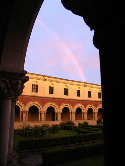 Arco iris visto desde el claustro de la Abadía