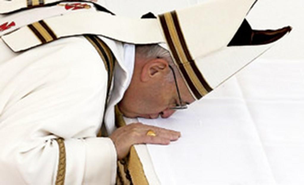 papa-Francisco-besa-altar-1