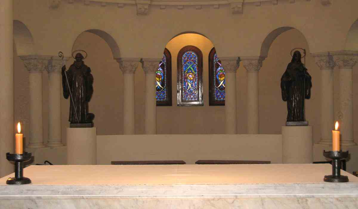 San Benito y Santa Escolástica en el ábside de la Iglesia Abacial Regina Pacis